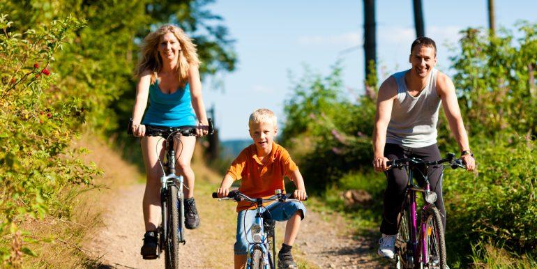 Familie fährt Fahrrad als Sport