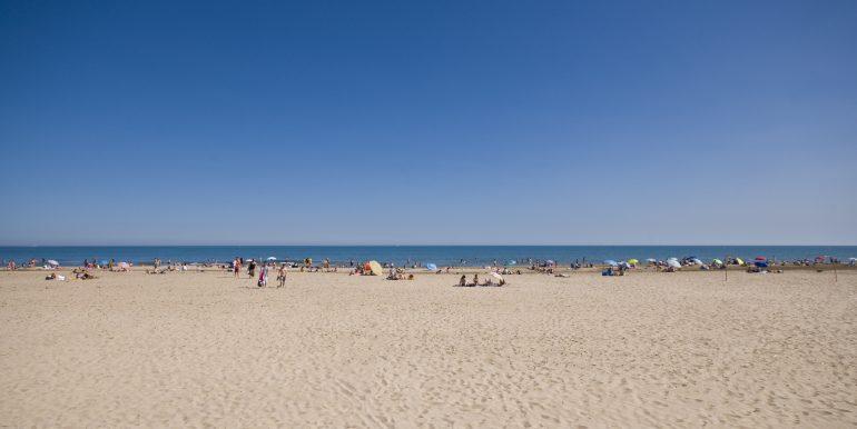 0083 plage large avec de la place